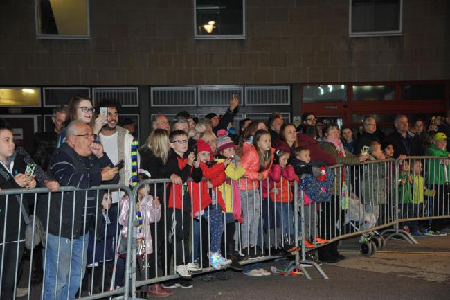 Trowbridge Carnival. Crowds admire the floats.Photo Trevor Porter 59972 32..