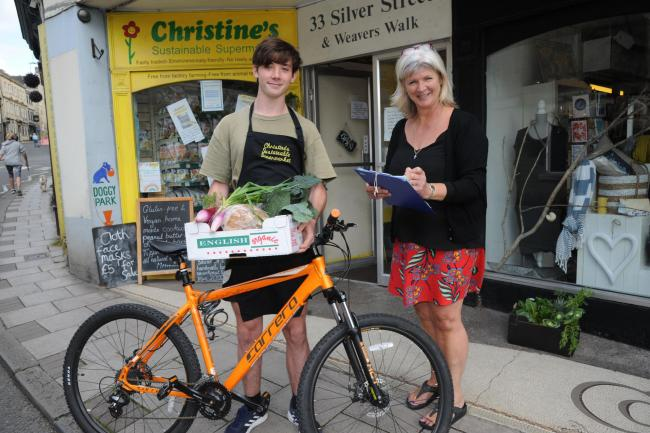 Another delivery of a Covid Food box with Max Hopcraft and Christine Giles Photo Trevor Porter 66996-9