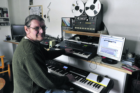 Musician Martin Jones, who was diagnosed with cancer of the pancreas three months ago, is recording a CD to raise money for cancer charities