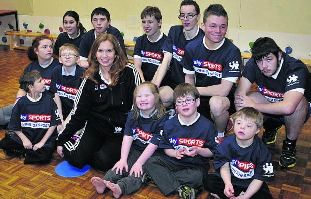 Paralympic swimmer Kate Grey with Larkrise School pupils Photo: Glenn Phillips (47995-1)