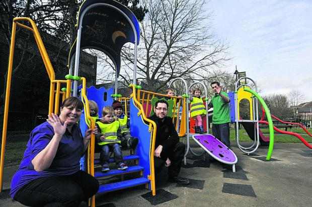 Carl Triggs, centre, of Trowbridge Town Council with Helen Pay, left, and youngsters from Little Movers Pre-School in Trowbridge Park               (49206)