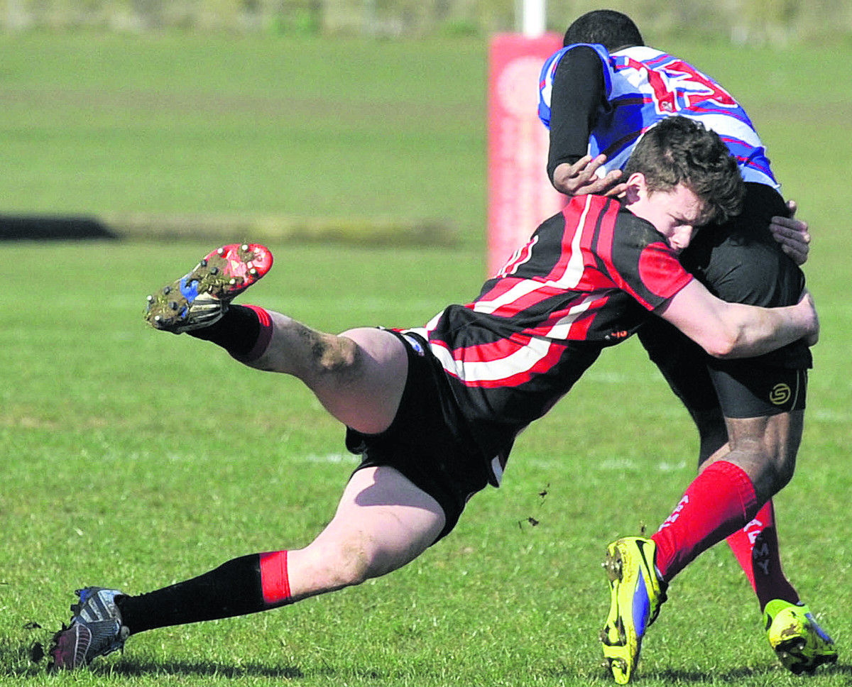 Bradford's Dan Bright gets to grips with Pewsey's Sikele Ratubuli on Saturday (Photo: Glenn Phillips (49216-6)