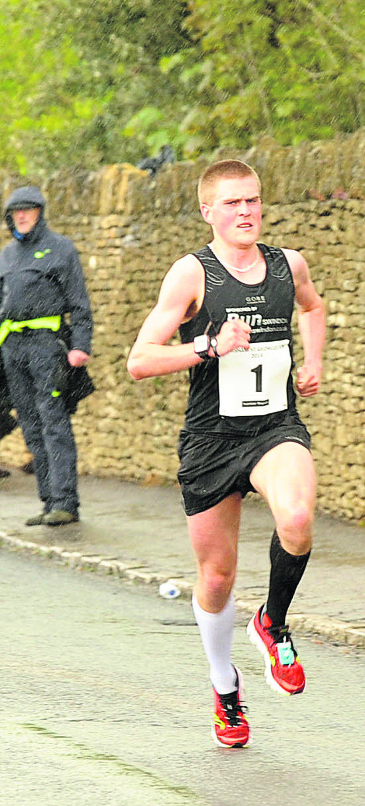Simon Nott on his way to retaining his title in a new course record