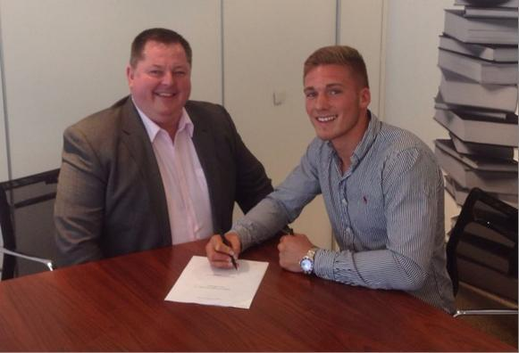 Nick Blackwell signs on the dotted line with new promoter Mick Hennessey last week (Picture: Hennessey Sports)